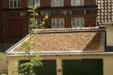 Foto af nyt grønt tag på gammel garage
