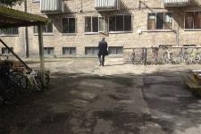 Nedslidte asfaltarealer præger gårdens helhedsudtryk