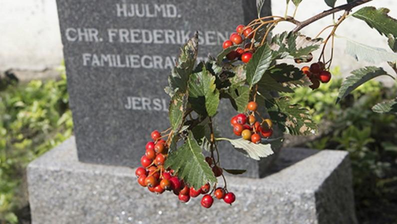 Smuk beplantning indrammer gravstenene