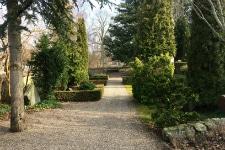 Foto af sti på Stenløse Kirkegård