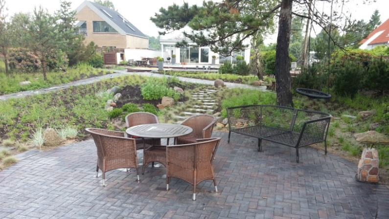 Terrasser placeret rundt omkring i haven